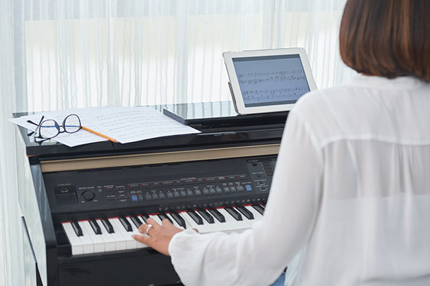 Pros and Cons of Learning Piano Online